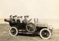 Women with the Knox touring car, ca. 1909