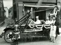 Nutshell Lunch car decorated for parade, Biddeford, 1916