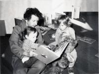 Elisabeth Farr reading with children, Lovell, 1975