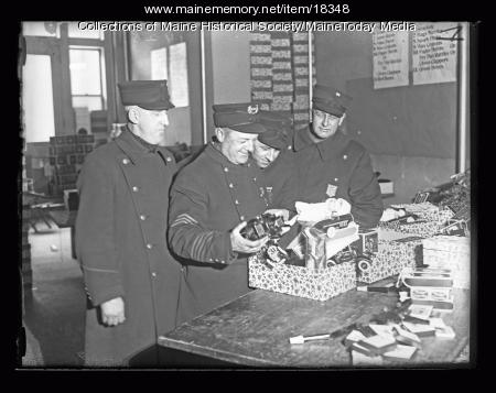 Portland Police officers help Santa, 1926
