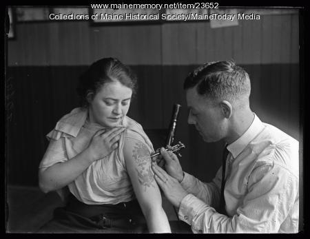Jongeleen tattooing, Portland, 1925