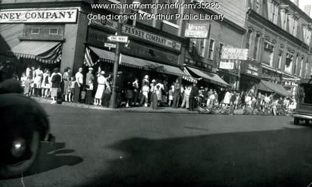 Main Street butter line, Biddeford, 1943