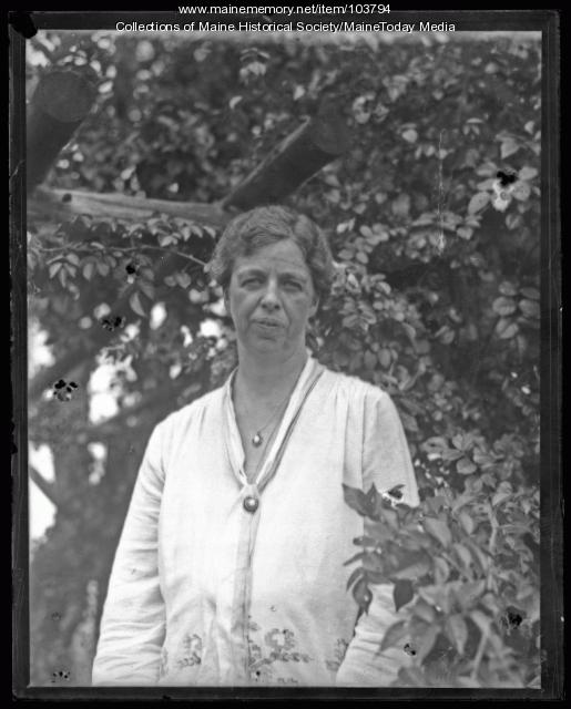 Eleanor Roosevelt posed under a tree, Mount Vernon, ca. 1930