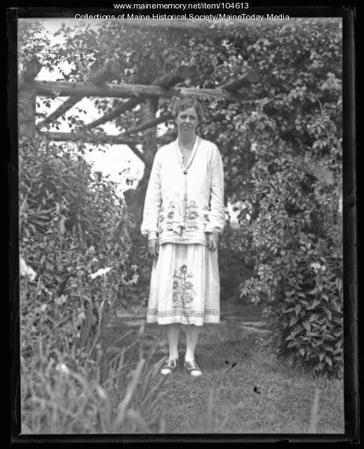 Eleanor Roosevelt posed under a tree, Mount Vernon, ca. 1930