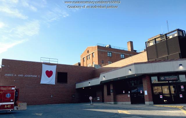 Valentine Bandit shows healthworker appreciation at Mercy Hospital, Portland, 2020