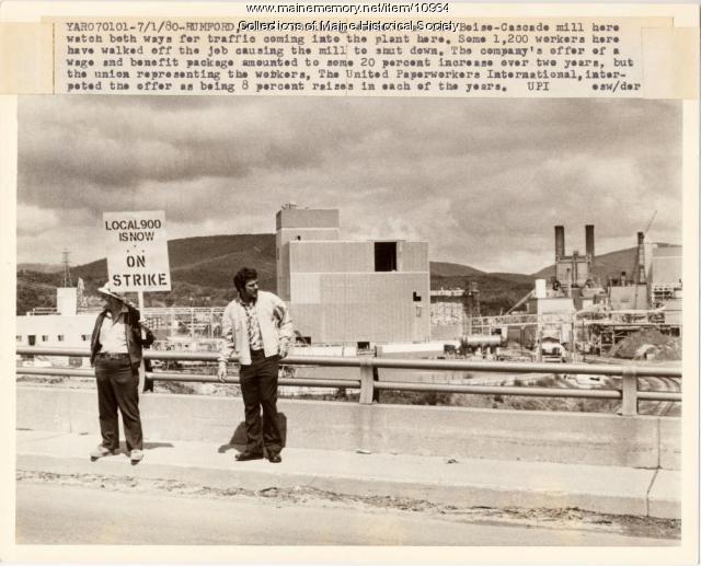 Papermakers on strike, Rumford, 1980
