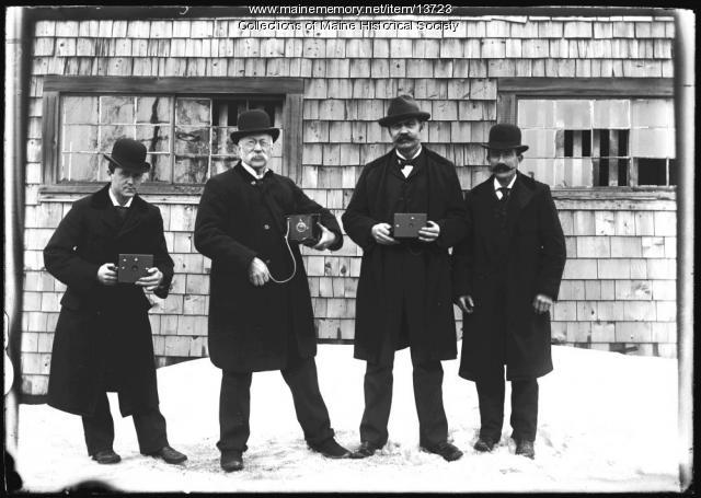 Group with cameras, Portland, 1898