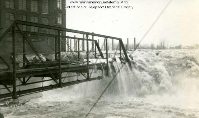 Water pouring over bridge, Brunswick, 1936 flood