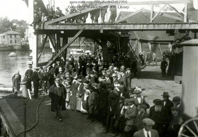Factory Island wharf crowd, 1912