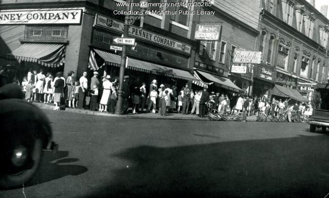 Main Street butter line, Biddeford, 1943