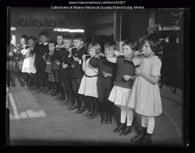 Dental instruction at Casco Street School, Portland, ca. 1922