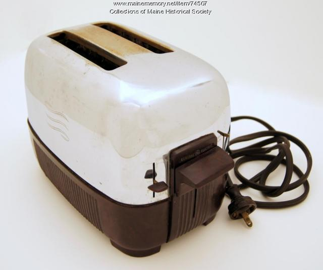 Toaster with egg fryer